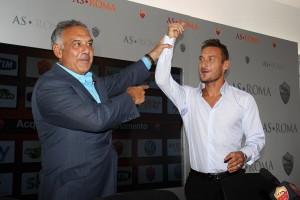 Trigoria 20.9.13 Francesco Totti firma il contratto con il presidente James Pallotta (foto: Gino Mancini)